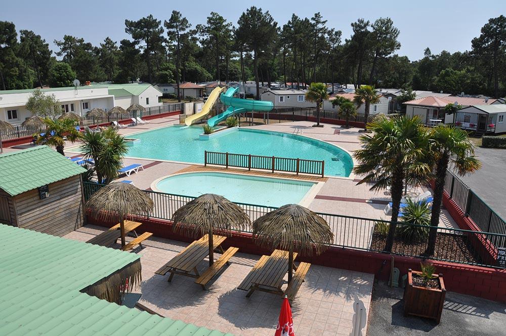 Ce camping 4 étoiles en Vendée comprend un espace aquatique avec des toboggans